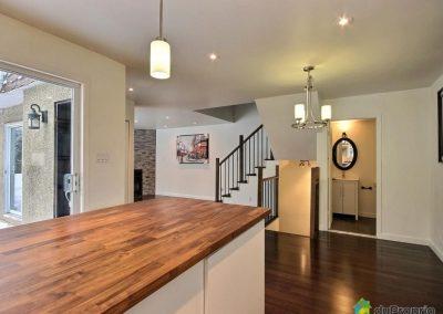 L'ensemble de la maison a été rénové de sorte à lui donner une ambiance à la fois chaleureuse et contemporaine. Les éclairages encastrés, les plaintes sobres, et l'ameublement aux lignes épurées apportent le côté moderne. Le bois franc des planchers, des comptoirs et de l'escalier, tous harmonisés apportent la chaleur à l'ensemble.