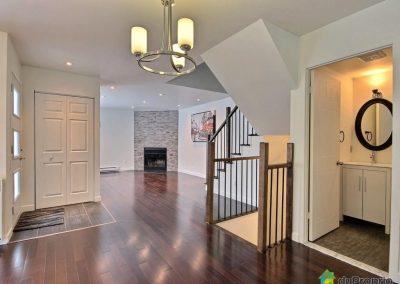 L'ensemble de la maison a été rénové de sorte à lui donner une ambiance à la fois chaleureuse et contemporaine. Les éclairages encastrés, les plaintes sobres, et l'ameublement aux lignes épurées apportent le côté moderne. La pierre du foyer, le bois franc des planchers, des comptoirs et de l'escalier, tous harmonisés apportent la chaleur à l'ensemble.