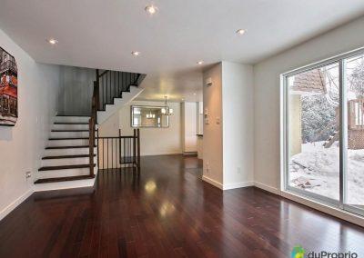Cet ensemble de pièces à aire ouverte donne un aspect spacieux à la maison. L'harmonisation des matériaux donne de l'élégance à la demeure.